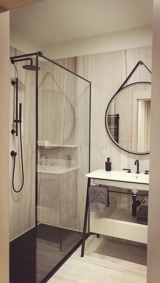 Aranżacja łazienki w bloku z kabiną walk-in