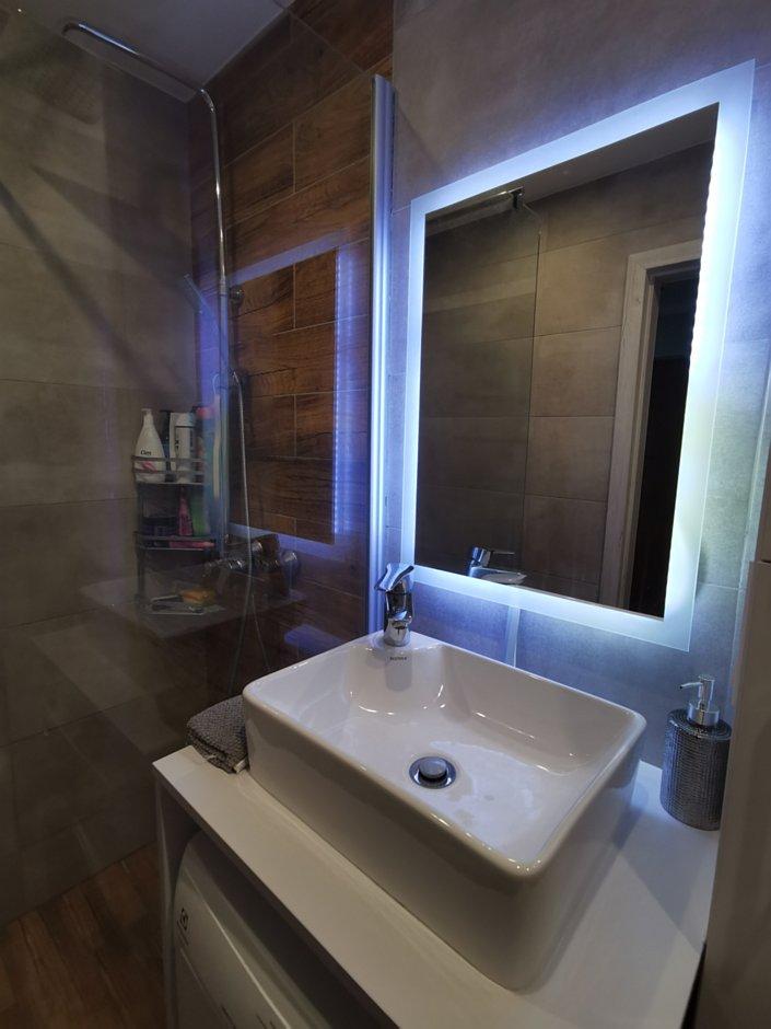 Szklana kabina, podświetlane lustro i umywalka nablatowa z zabudową pralki