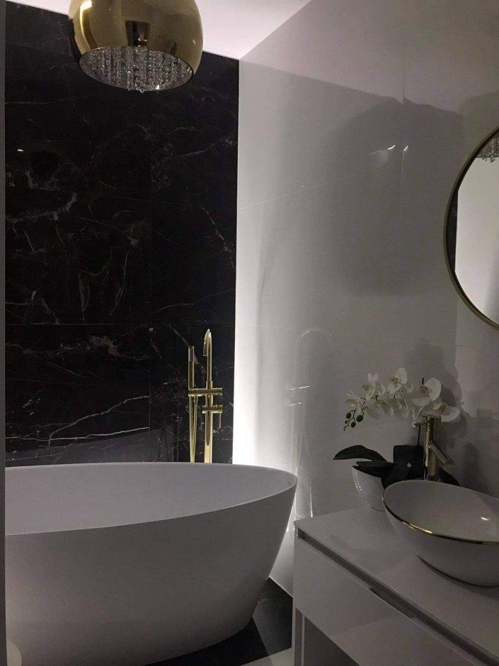 Czarno-biała łazienka ze złotymi detalami