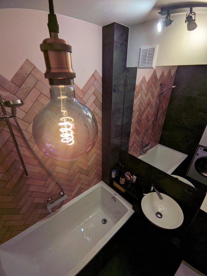 Widok na łazienkę z ozdobną żarówką Edisona