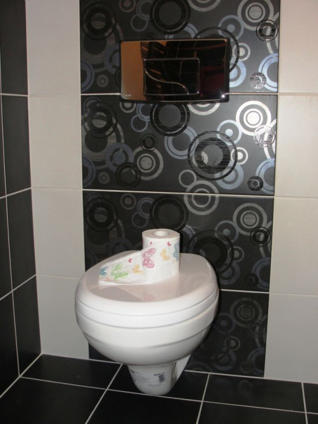 Madzia - galeria - stelaż wc, płytki łazienkowe ścienne i podłogowe białe i czarne - Łazienkowe ...