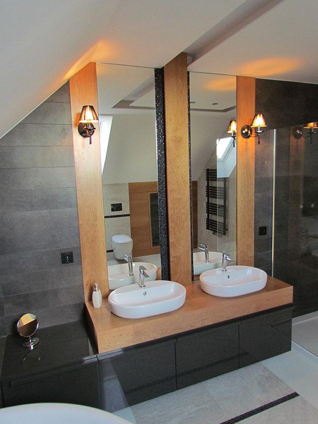 Łazienka dla dwojga z dużym lustrem nad umywalkami