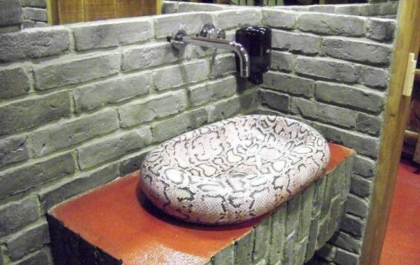 Motyw cegły w łazience