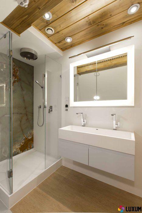 łazienka z kabiną prysznicową w domu z drewnianych bali