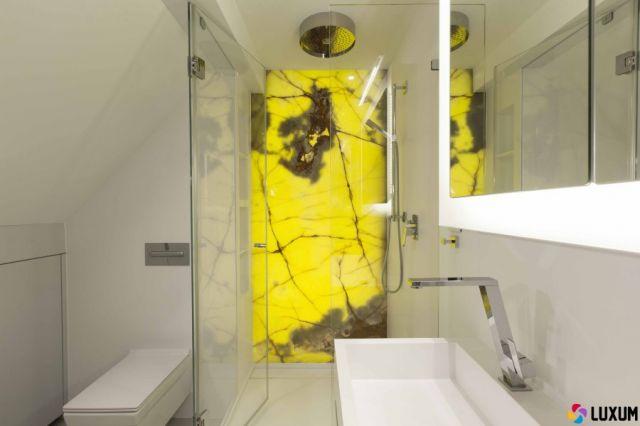 podświetlany onyks na ścianie kabiny prysznicowej