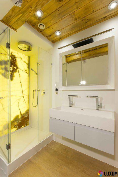 kabina prysznicowa z brodzikiem z Corianu i Onyksem na ścianie
