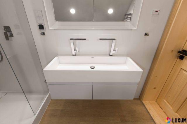 umywalka na wymiar Luxum w łazience z bali drewnianych