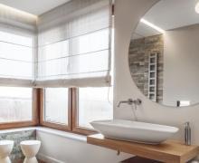 Łazienka z okrągłym lustrem