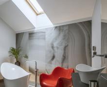 Łazienka z czerwonym fotelem