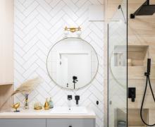 Okrągłe lustro nad umywalką nablatową