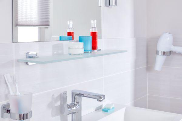 Zmiana wystroju łazienki bez wiercenia płytek – krok po kroku