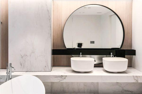 Minimalizm w nowoczesnych łazienkach – kolekcja Cristalstone