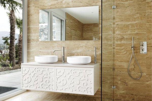 Odważna aranżacja kobiecej łazienki w stylu klasycznym