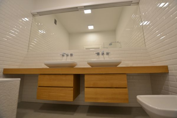 Jakie szafki drewniane wybrać do łazienki?