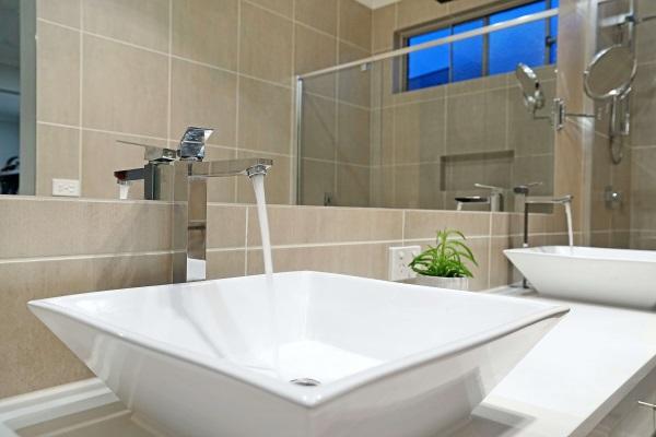 Małe łazienki mogą być funkcjonalne. Sprawdź te pomysły!