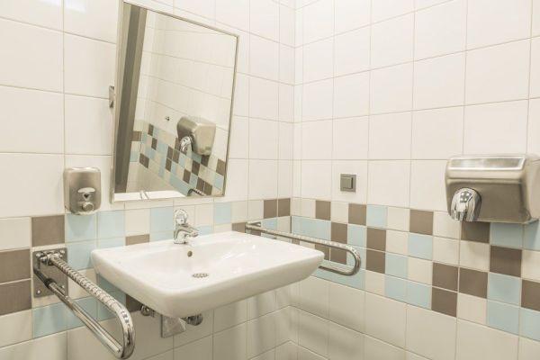 Toalety bez barier - wyposażenie dla osób niepełnosprawnych