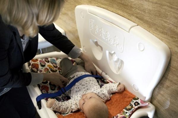 Toaleta publiczna – jak wybrać przewijak dla dzieci