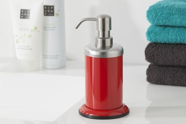 Nie bój się ciemnych i intensywnych kolorów w łazience