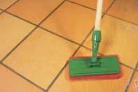 mira - mycie podłogi przy pomocy Środek myjący 7110 base cleaner