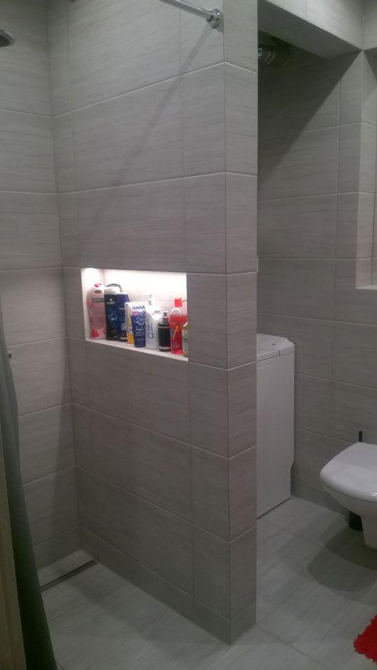 Półki i wnęki pod prysznicem. Miejsce na kosmetyki w kabinie