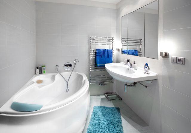 Minimalistyczna aranżacja wąskiej łazienki