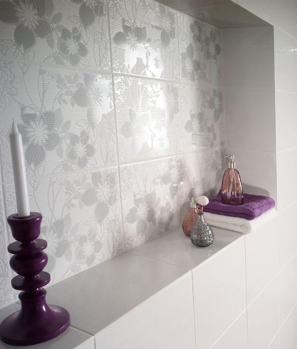 Wzory kwiatowe na płytkach łazienkowych