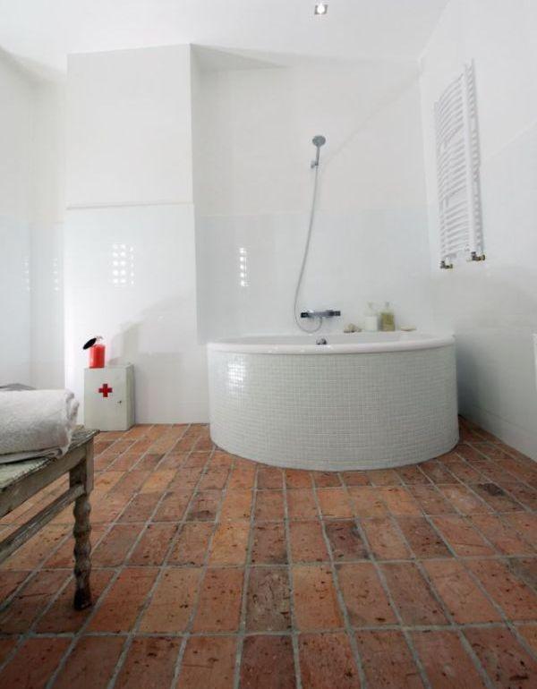 Cegla na podłodze w łazience