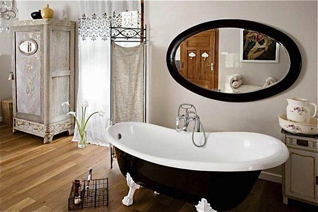 Łazienka z drewnianą podłogą
