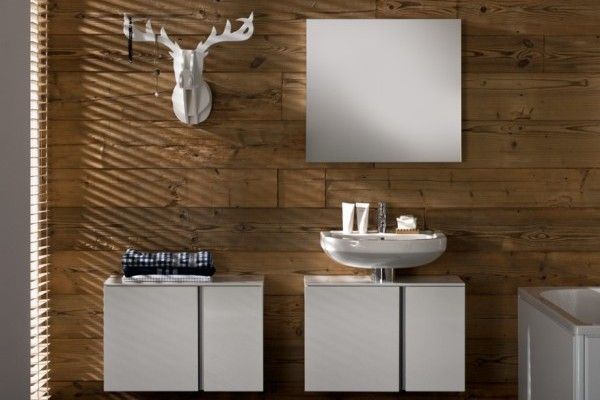 Aranżacja łazienki z drewnem, cegłą lub rysunkiem na ścianie