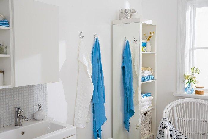tesa tape -  lustro przyklejone do szafki łazienkowej