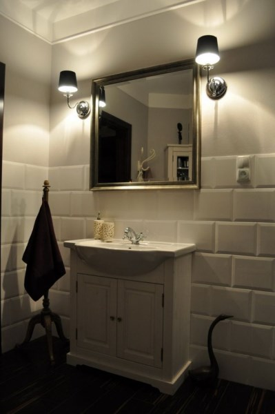oświetlenie lustra łazienkowego kinkietami umieszczonymi po obu stronach lustra
