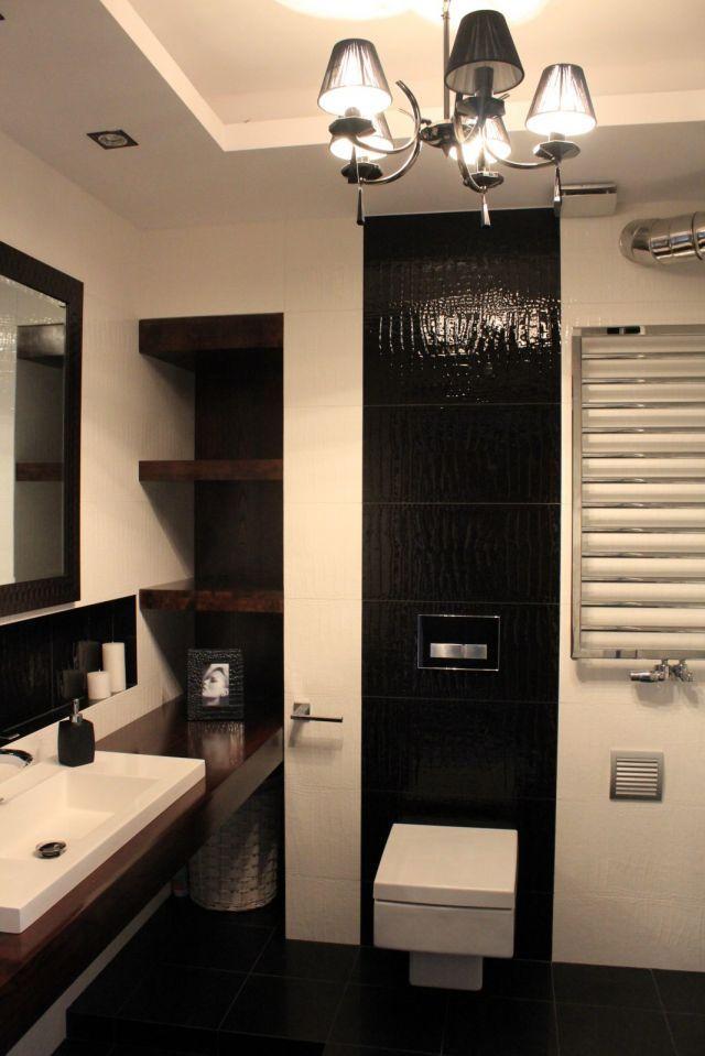 schowki w łazience - półki we wnęce ściennej