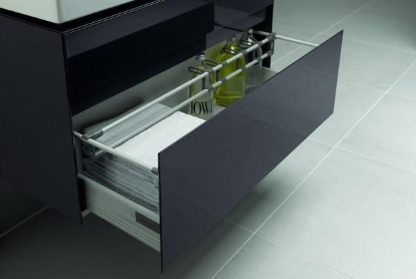 szafka łazienkowa z organizerami w szufladzie