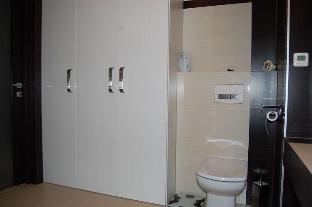 Wysoka zabudowa w łazience
