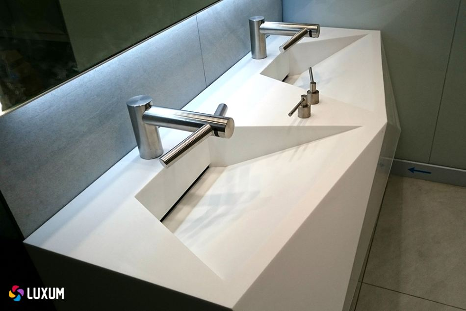 Kompozytowe umywalki wielostanowiskowe w łazienkach publicznych