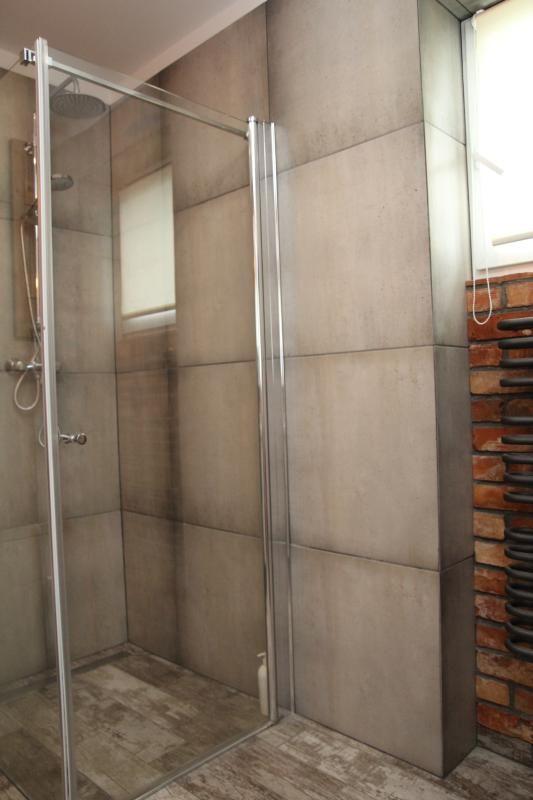 Płytki drewnopodobne imitujące stare deski do łazienki rustykalnej