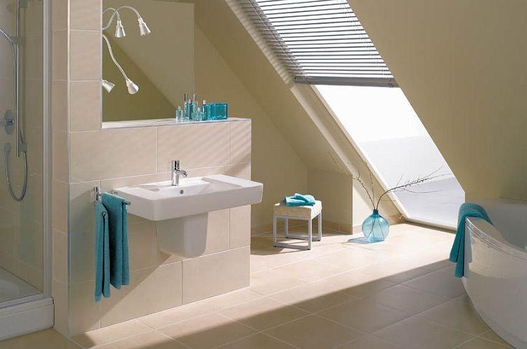 LEG -SANIT - Wanna pod skosem w niewielkiej łazience na poddaszu