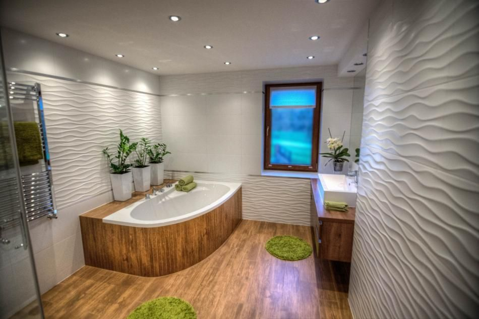 Połączenie drewna i bieli w dużej, przestronnej łazience