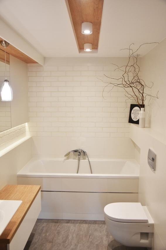 Biała cegła na ścianie nad wanną