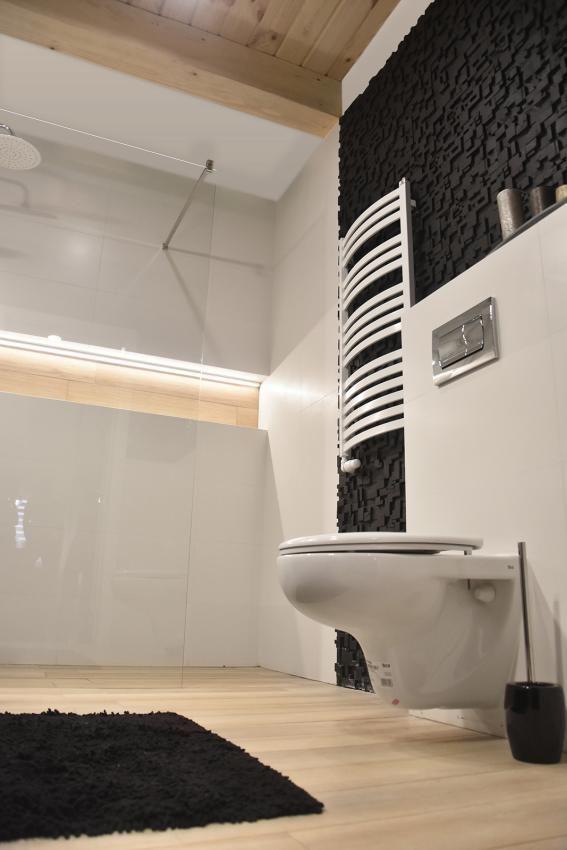 Aranżacja łazienki w kolorach bieli, czerni i drewna