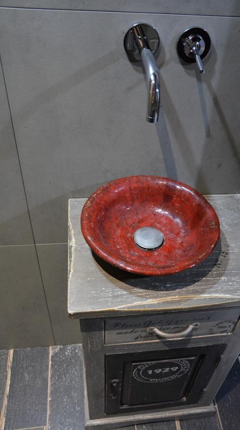 Czerwona umywalka nablatowa