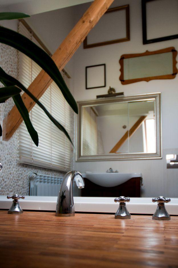 Dużo luster na ścianie w łazience