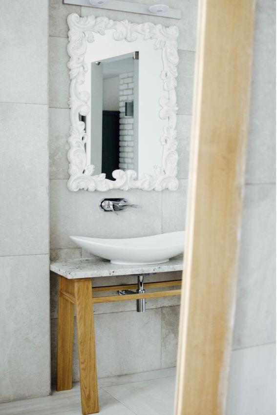 Ozdobna rama lustra - dekoracje ścian w małej łazience