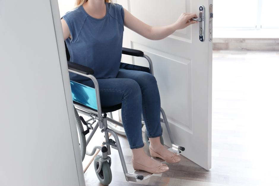 Jakie drzwi do łazienki dla niepełnosprawnych