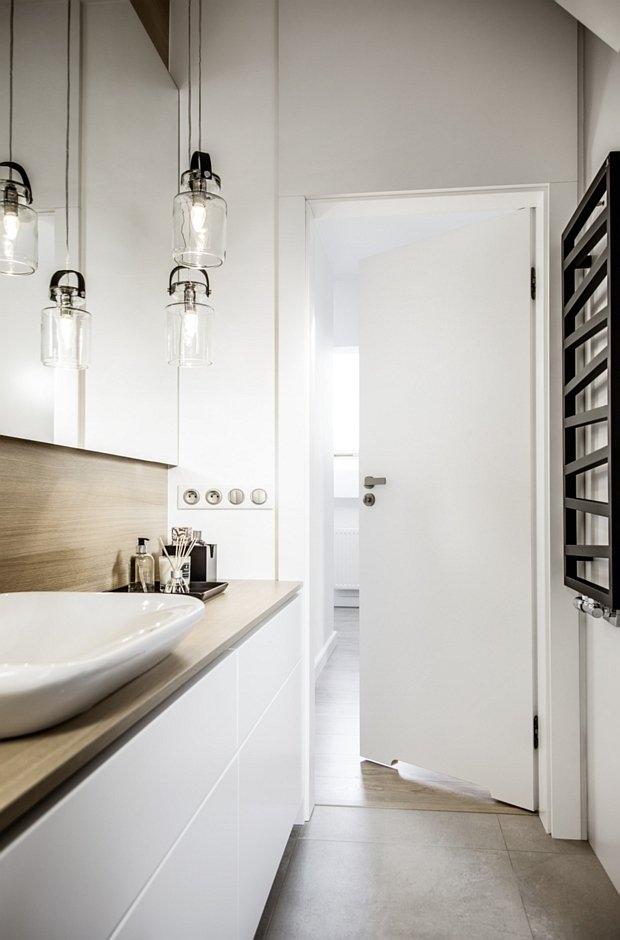 Wąska łazienka z pełnymi drzwiami w kolorze białym