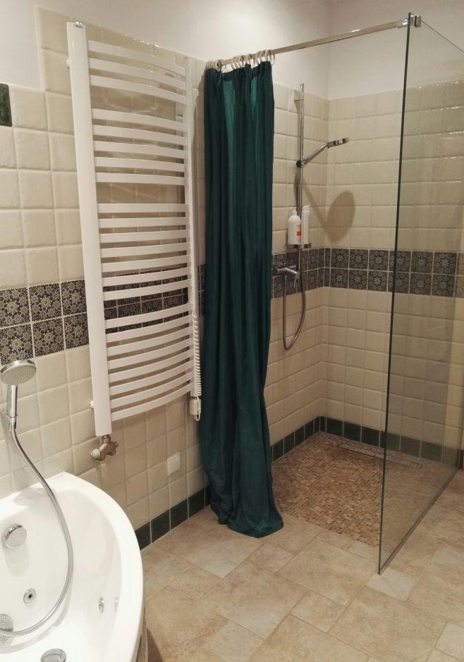 Duża kabina walk-in z zasłoną prysznicową - łazienka w stylu rustykalnym