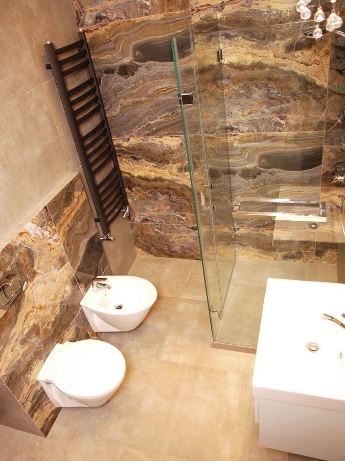 Aranżacja łazienki z kamieniem i płytkami