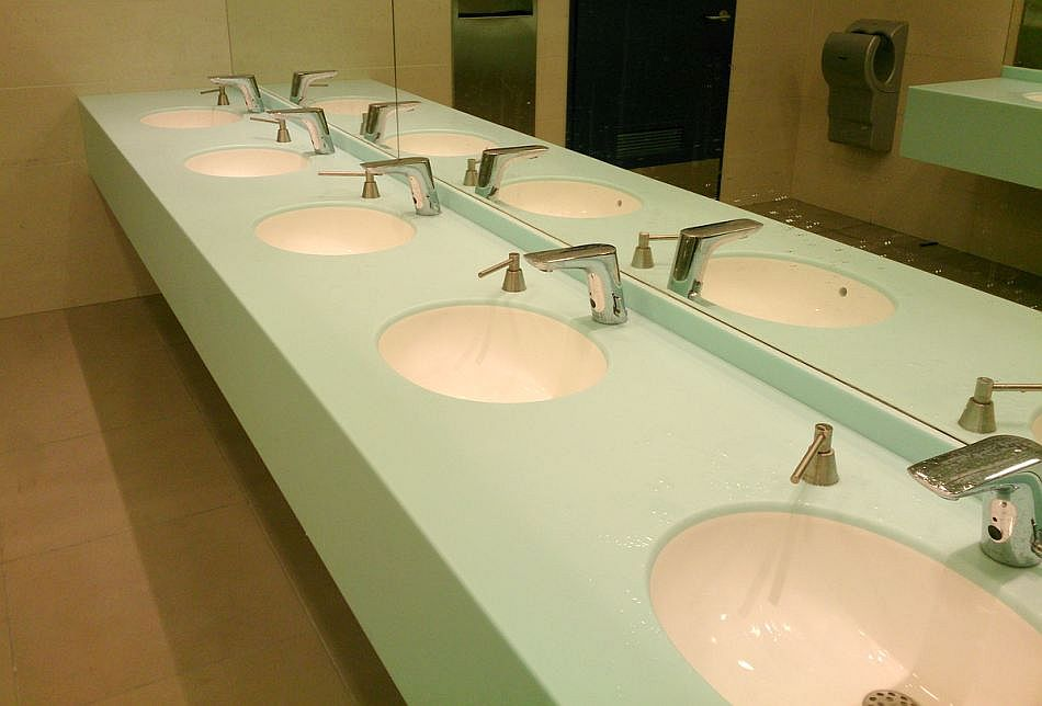 Luxum, jako lider przetwórstwa Solid Surface i produkcji umywalek wielostanowiskowych oraz blatów i wyposażenia sanitarnego na indywidualne zamówienie