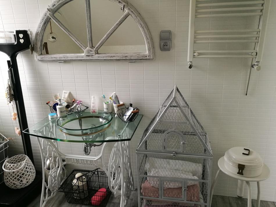 Stara maszyna do szycia w łazience - montaż umywalki
