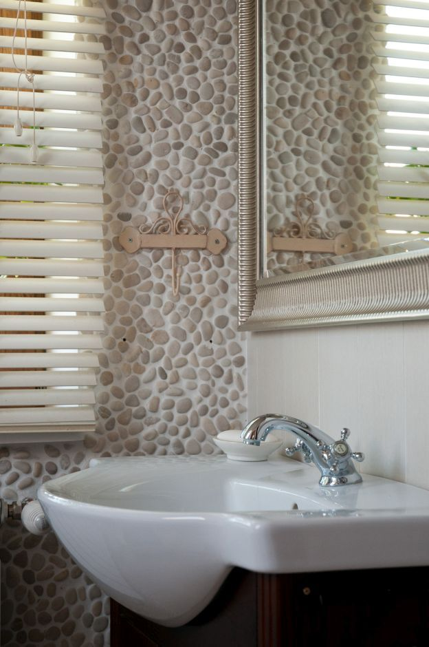 Otoczaki na ścianie w łazience